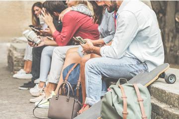 Jugendliche am Smartphone; © iStock | DisobeyArt